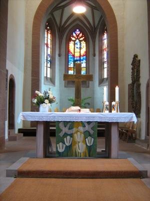 Taufkerzeb auf dem Altar