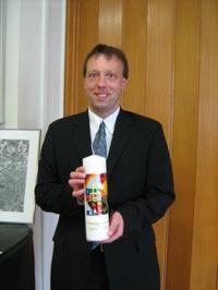 Pfarrer Gebhardt mit Kerze